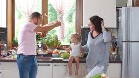 Vater, der Frühstück in der Küche zubereitet Langsame Bewegung stock video