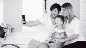 Vater der glücklichen Familie machen selfie mit seiner Frau und kleinen Sohn in der Front ihre Haupttür Lizenzfreie Stockbilder
