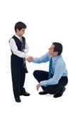 Vater, der Hand mit seinem Sohn rüttelt Lizenzfreie Stockbilder