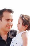 Vater, der ihre Tochter überwacht Stockfotos
