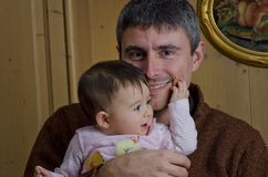 Vater, der ihre Tochter umfaßt Stockbild