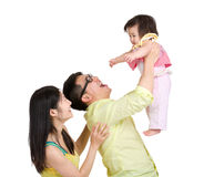 Vater, der kleine Tochter in einer Luft wirft Lizenzfreies Stockfoto