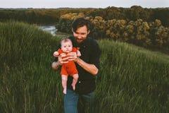 Vater, der mit dem S?uglingsbaby im Freien geht lizenzfreies stockbild