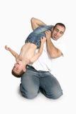 Vater, der mit jungem Jungen spielt stockfoto