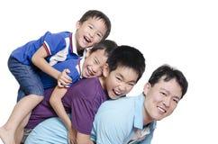 Vater, der mit Kindern spielt Stockbild