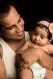 Vater, der mit Säuglingstochter aufwirft Stockfotografie