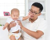 Vater, der mit seinem Baby spielt Stockbilder