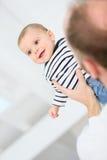 Vater, der mit seinem Baby spielt Lizenzfreie Stockfotos