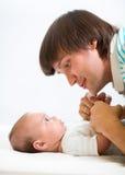 Vater, der mit seinem netten Baby spielt Lizenzfreies Stockbild