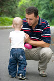 Vater, der mit seinem Sohn spricht lizenzfreie stockbilder