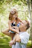 Vater, der mit seiner schönen jungen Tochter spielt stockfotos