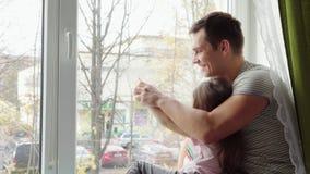 Vater, der mit seiner Tochter spielt stock video