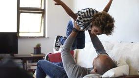 Vater, der mit Sohn spielt stock video
