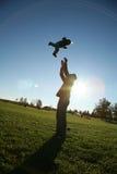 Vater, der mit Sohn spielt Stockbild