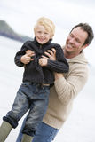 Vater, der mit Sohn am Strand spielt Lizenzfreie Stockbilder