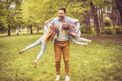 Vater, der mit Töchtern spielt lizenzfreies stockbild