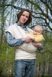 Vater, der mit Tochter im Riemen geht stockfoto