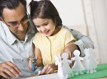 Vater, der mit Tochter spielt lizenzfreies stockfoto