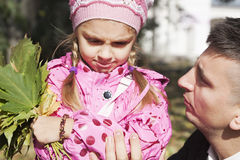 Vater, der mit Tochter spricht Stockfoto