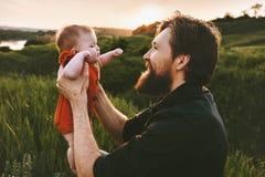 Vater, der Säuglingsbaby Vatertagsfeiertag im Freien hält stockfotos