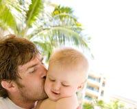 Vater, der Schätzchen-Sohn küßt Stockfoto