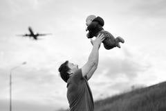Vater, der sein Schätzchen anhält Stockbild