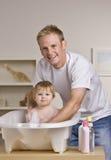Vater, der Tochter ein Bad gibt Stockfotos