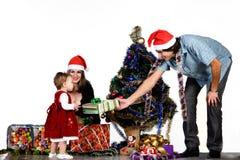 Vater, der Weihnachtsgeschenk gibt lizenzfreies stockfoto
