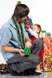 Vater, der Weihnachtsgeschenk gibt stockfotografie
