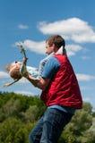 Vater dreht seine kleine Tochter im Sommer stockbild