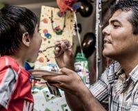 Vater-Feeding Son Birthday-Kuchen Stockbilder