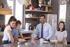 Vater Having Family Breakfast in der Küche bevor dem Gehen für Arbeit stockbild