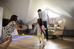 Vater-Having Game Of-Tag mit Kindern im Spielzimmer lizenzfreies stockbild