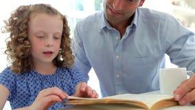 Vater-Helping Daughter With-Hausarbeit in der Küche stock footage