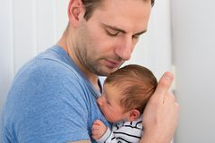 Vater Holding Baby Stockfoto