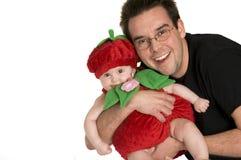Vater-Holding-Schätzchen, das Halloween-Kostüm trägt Stockfotografie