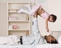 Vater-Holding-Tochter Stockbilder