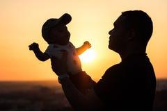 Vater Holding Up sein Baby lizenzfreie stockfotos