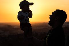 Vater Holding Up sein Baby stockfotografie