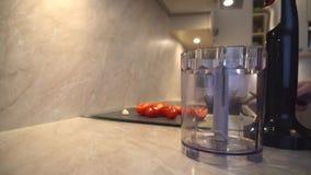 Vater kocht, bereitet Vater Tomaten und Knoblauch für das Hacken zu stock footage
