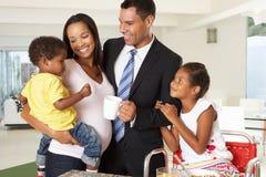 Vater Leaving Family Breakfast für Arbeit lizenzfreie stockbilder