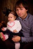 Vater mit Babytochter auf Halloween-Partei Stockbild
