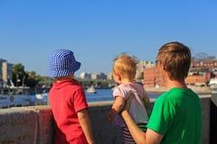 Vater mit den Kindern, die Sommerstadt betrachten Stockbilder