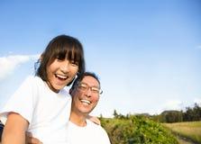 Vater mit der Tochter, die selfie nimmt stockbild