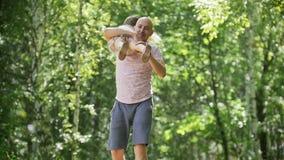 Vater mit doughter im Park - Vati spinnt kleines Kindermädchen, Zeitlupe stock video