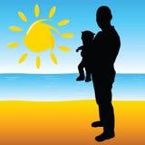 Vater mit einem Baby auf dem Strand Stockbild