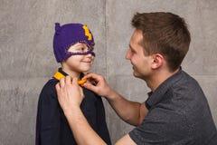 Vater mit Kind im Superheldkostüm lizenzfreies stockbild