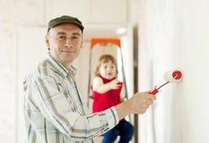 gl cklicher familienvater und kindertochter zeichnen zusammen farben stockfoto bild 47731024. Black Bedroom Furniture Sets. Home Design Ideas