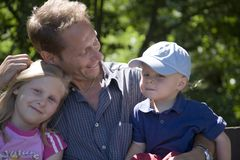 Vater mit Kindern Lizenzfreie Stockbilder