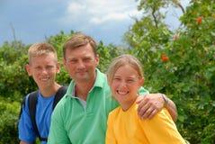 Vater mit Kindern draußen Lizenzfreies Stockfoto